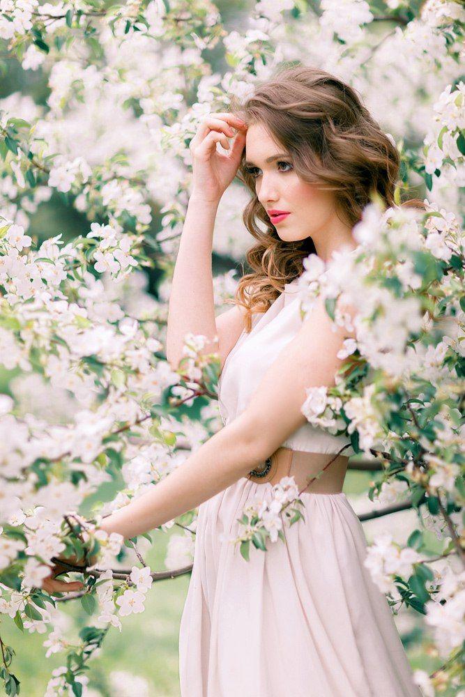 99px ru photo 270862 devushka v belom plate stoit u cvetushego dereva
